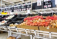 Nya grönsaker ordnar till till salu i Auchan Samara Store Royaltyfria Foton
