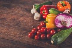 Nya grönsaker på brun wood bakgrund Arkivfoton