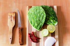 Nya grönsaker på den wood tabellen royaltyfria bilder