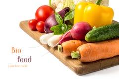 Nya grönsaker på det wood brädet som isoleras på vit Royaltyfri Foto