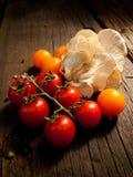 Nya grönsaker på en texturerad trätabell med solljus Varmt ljus och trätexturer Arkivfoto