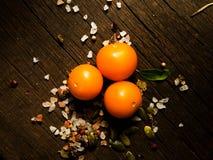 Nya grönsaker på en texturerad trätabell med solljus Varmt ljus och trätexturer Gula tomater med örter Arkivbilder