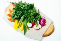 Nya grönsaker på ett träbräde royaltyfri fotografi
