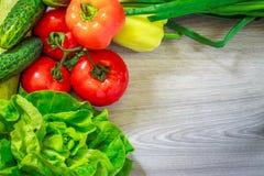 Nya grönsaker på grått trä arkivbilder
