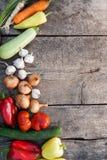 Nya grönsaker på lantlig träbakgrund arkivfoto