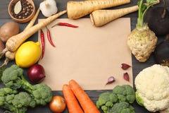 Nya grönsaker på mörk träbakgrund Modell för meny eller recept Bästa sikt med kopieringsutrymme Royaltyfria Foton