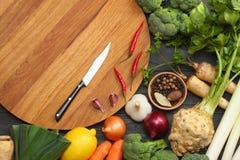 Nya grönsaker på mörk träbakgrund Modell för meny eller recept Bästa sikt med kopieringsutrymme Arkivbilder