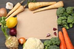 Nya grönsaker på mörk träbakgrund Modell för meny eller recept Bästa sikt med kopieringsutrymme Royaltyfri Fotografi