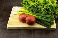 Nya grönsaker på skärbrädan Royaltyfria Foton