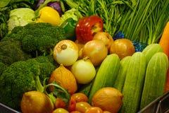 Nya grönsaker på supermarket royaltyfri foto