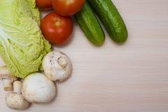 Nya grönsaker på tabellen Arkivbilder