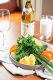 Nya grönsaker på tabellen Arkivbild