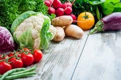Nya grönsaker på tabellträt royaltyfri fotografi