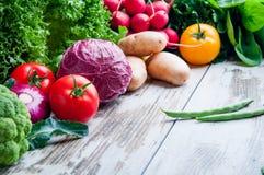 Nya grönsaker på tabellträt Arkivfoto