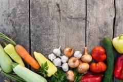 Nya grönsaker på tappningträbakgrund royaltyfria bilder