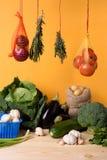 Nya grönsaker på trä bordlägger sunt organiskt för mat Gul bakgrund Arkivbilder