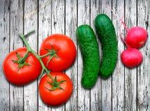 Nya grönsaker på trätabellen Arkivfoton