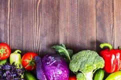 Nya grönsaker röd kål och broccoli, gurkor och peppar, tomater och basilika Arkivbild