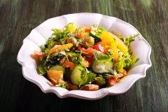 Nya grönsaker, raket, feta och olivsallad Arkivbild