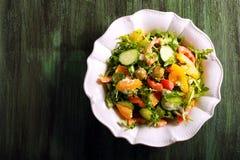 Nya grönsaker, raket, feta och olivsallad Arkivfoton