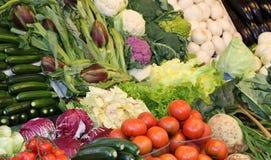 Nya grönsaker som är till salu på marknaden Arkivfoto