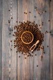 Nya grillade kaffebönor i bunke och skopa på mörk träcopyspace för bästa sikt för tabell klart bruk för bakgrundskaffe Royaltyfri Bild