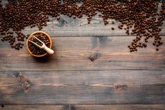 Nya grillade kaffebönor i bunke och skopa på mörk träcopyspace för bästa sikt för tabell klart bruk för bakgrundskaffe Royaltyfria Foton