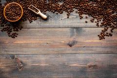 Nya grillade kaffebönor i bunke och skopa på mörk träcopyspace för bästa sikt för tabell klart bruk för bakgrundskaffe Fotografering för Bildbyråer