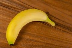 Nya gula bananer, trä, tabell Arkivbild