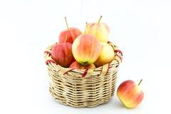 Nya gula och röda modeller för äpplen, i korgen arkivbilder