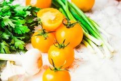 Nya gula tomater, saftiga sommargrönsaker och saftiga gräsplaner Royaltyfria Foton