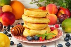 Nya guld- pannkakor med sommarfrukter och bär Fettisdag Royaltyfri Fotografi