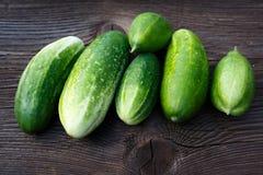 Nya gurkor på trätabellen Royaltyfri Foto