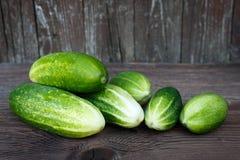 Nya gurkor på trätabellen Fotografering för Bildbyråer