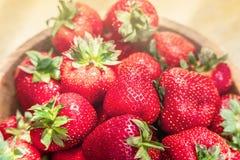 Nya härliga jordgubbar i bästa sikt för träbunke royaltyfri bild