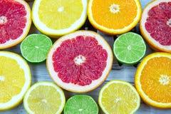 Nya högg av skivor av olika typer av citruns Arkivbild