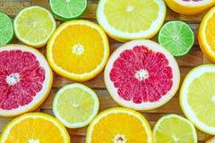 Nya högg av skivor av olika typer av citruns Royaltyfri Foto