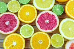 Nya högg av skivor av olika typer av citruns Royaltyfria Bilder