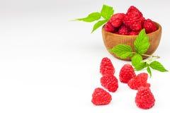 Nya hallon på en vit bakgrund Skogfrukt sund mat Sale av hallon Arkivbilder