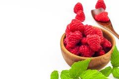 Nya hallon på en vit bakgrund Skogfrukt sund mat Sale av hallon Royaltyfri Fotografi