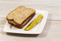 Nya Ham Sandwich med den skivade knipan på den vita plattan Arkivfoto