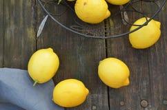 Nya hela citroner som beskådas från fast utgift Arkivfoton