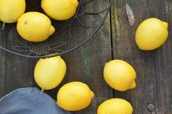Nya hela citroner som beskådas från fast utgift Royaltyfri Fotografi
