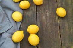 Nya hela citroner som beskådas från fast utgift Arkivfoto