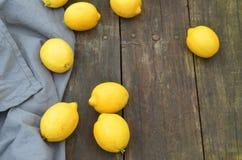 Nya hela citroner som beskådas från fast utgift Royaltyfri Foto