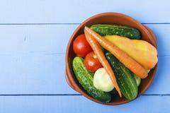 Nya hela grönsaker i keramisk bunke på trätabellen sund begreppsmat Bästa sikt från över kopiera avstånd Arkivfoton