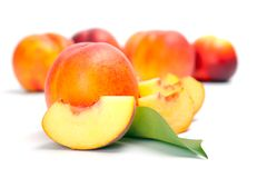 Nya hela persikor med snittet Royaltyfria Bilder