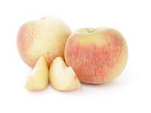 Nya hela persikor med snittet Royaltyfria Foton