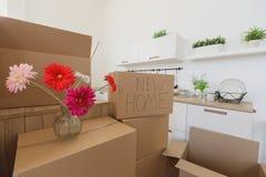 Nya hem- ägare som packar upp askar, stora kartonger i nytt hem Flytta sig till ett nytt lägenhetbegrepp Royaltyfria Foton