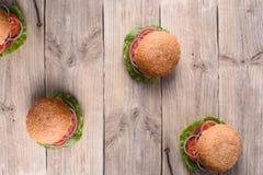 Nya hemlagade hamburgare över den lantliga trätabellen, bästa sikt, kopieringsutrymme Arkivbilder